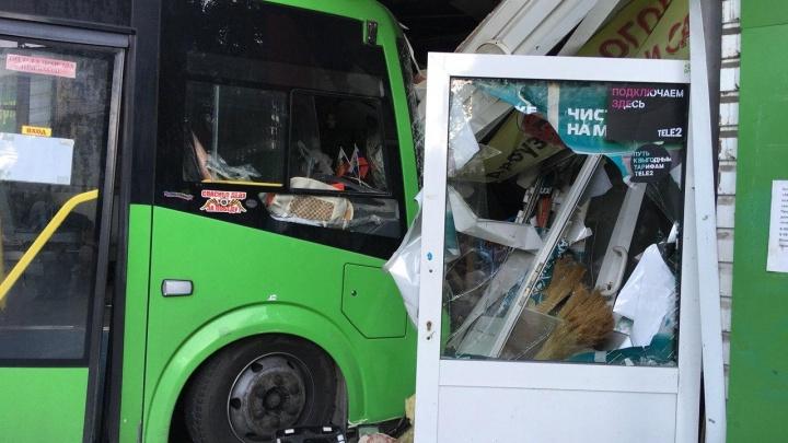 «Возможно, виновата Toyota Camry»: появилось видео ДТП, где маршрутка врезалась в магазин на Ямской