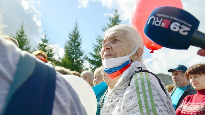На ж/д вокзале Цыбульского и Дитриха атаковали вопросами негодующие активисты и довольные бабушки