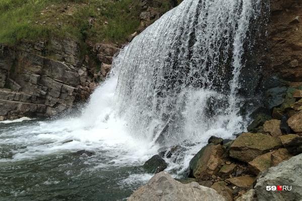 Кажется, что это водопад, но на самом деле это вода, льющаяся со старой плотины в Кусье-Александровском<br>