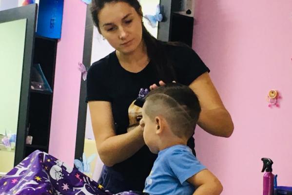После самоизоляции парикмахеры не только стригут, но и поправляют настриженное самими клиентами