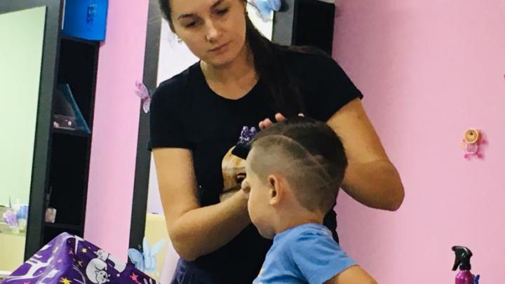 «Исправляем подстриженные родителями чёлки»: парикмахер — о том, как работает во время коронавируса