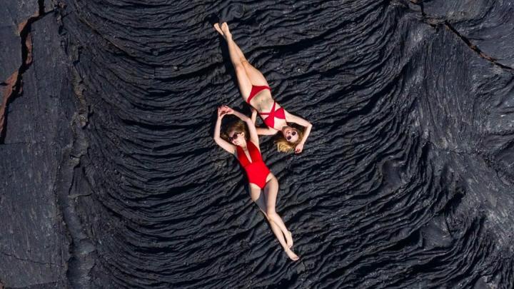 Новосибирский фотограф снял на Камчатке двух красоток в красных купальниках на чёрной лаве