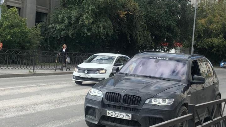 «Она плакала, просила ее отпустить»: в центре Екатеринбурга мужчина на BMW похитил девушку
