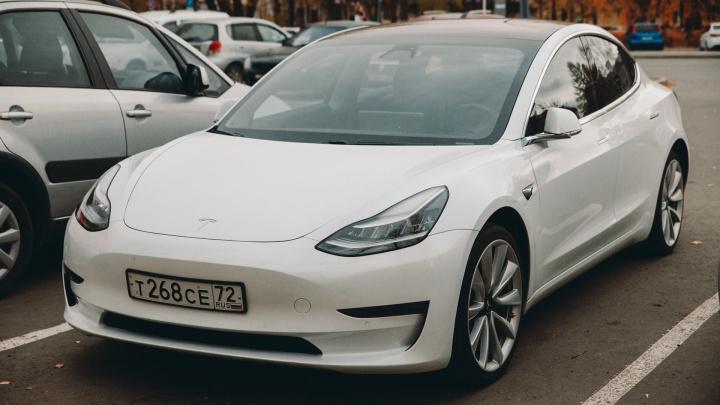 «Пешеходы и водители провожают взглядом»: кто ездит на единственном электрокаре Tesla в Тюмени