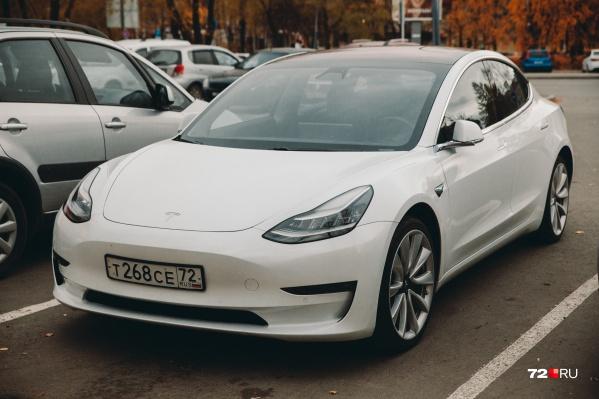 В одном из дворов Тюмени припаркована Tesla. Рассказываем, кто передвигается на ней