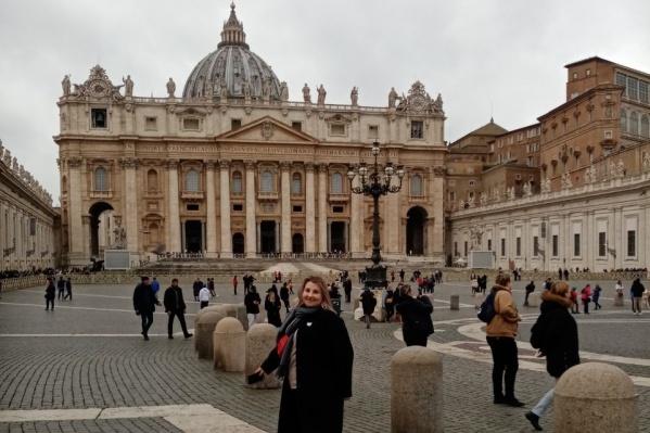 На площади Ватикана немного людей. Но так лишь кажется: сотни туристов стоят в очереди, чтобы зайти в собор Святого Павла