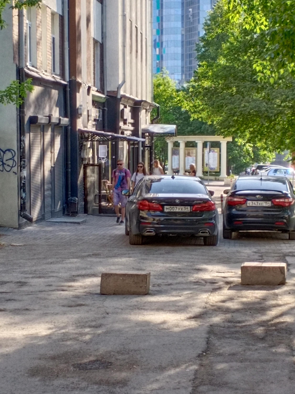 Машины мешают людям пройти
