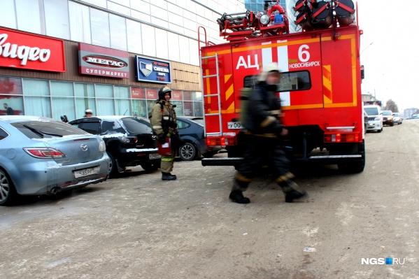 К зданию подъехали пожарные расчеты