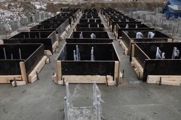 На стройке нового моста ежедневно трудятся около 80 человек и 20 единиц техники