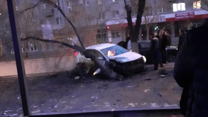 В Волгограде женщина на иномарке вылетела с дороги и протаранила дерево