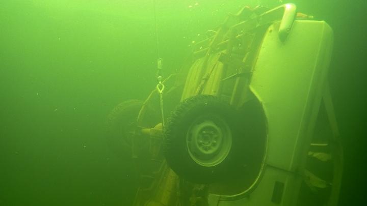 Трое рыбаков выехали на тонкий лед на автомобиле и провалились под воду