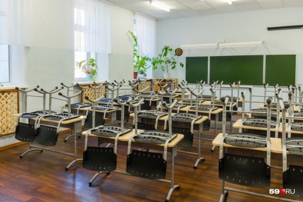 Пятиклассники и школьники других классов среднего и старшего звена не ходят в школу в последний месяц