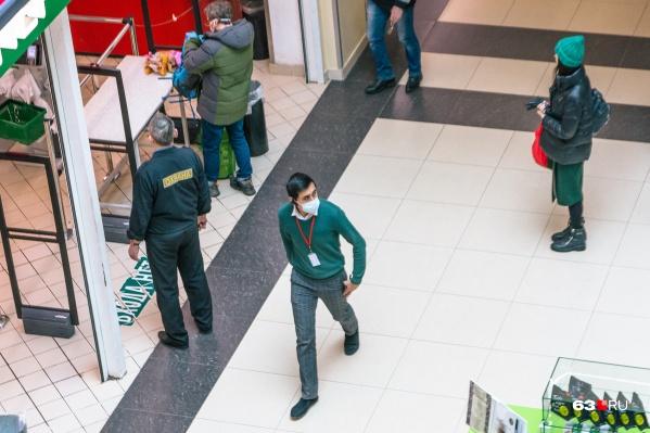 В магазинах покупателей просят носить средства защиты