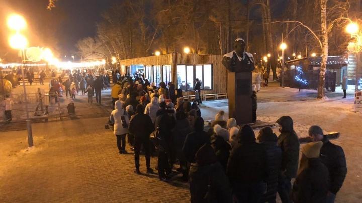 «Ледовое побоище»: после открытия модного катка в парке Терешковой челябинцы выстроились в большую очередь