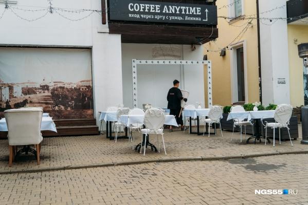 Летние веранды в Омске уже работают, но сами помещения ресторанов и кафе не функционируют