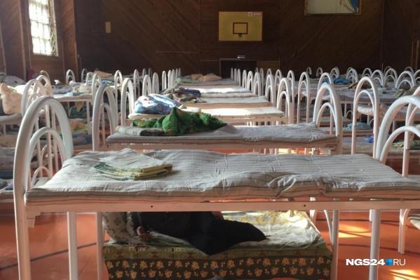 """Огромное количество кроватей составили в спортивном зале<i class=""""_"""">, </i>пока людей расселяют по двухместным комнатам"""