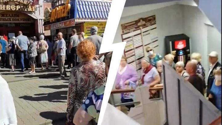 Видео дня. Нижегородские пенсионеры штурмуют отделение «Ситикарда»