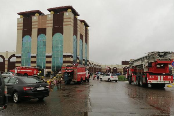 У здания ТЦ столпились пожарные машины