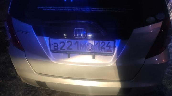 Хитрый таксист приклеил к госномеру другие цифры, чтобы не платить за парковку в аэропорту