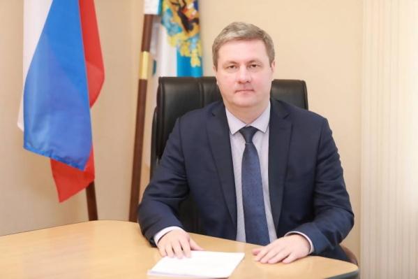 На работу в администрацию Архангельска Дмитрий Морев пришел с должностиначальника управления экономической безопасности и режима на «Севералмазе»