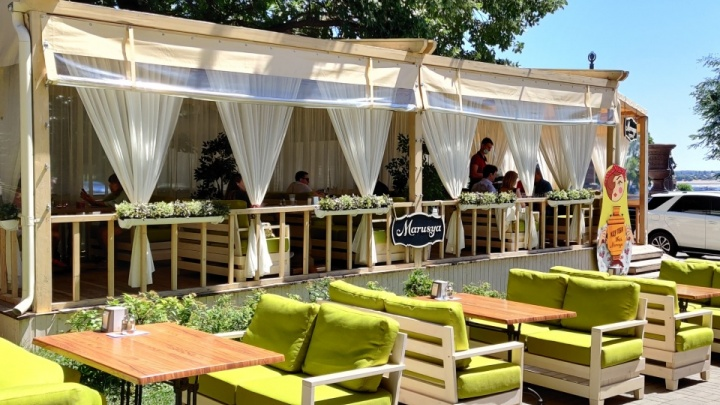«За столиком не больше двух человек»: в Волгограде и области разрешили открыть кафе и рестораны