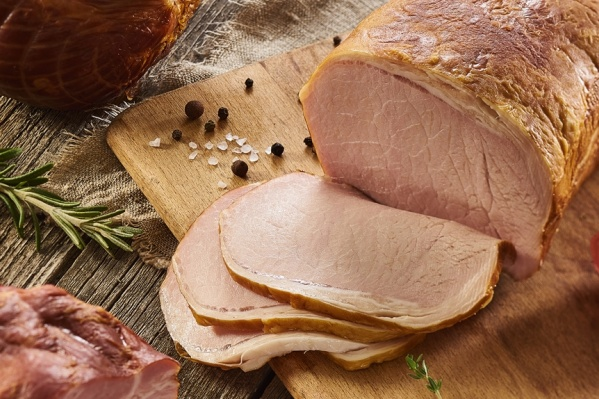 Новогодний стол трудно представить без колбасных изделий и деликатесов