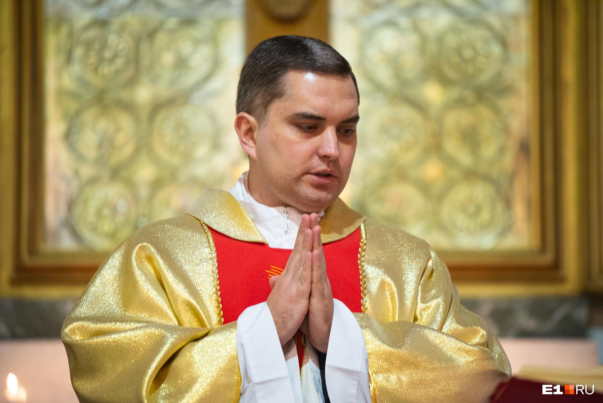 Священник прочитал первую главу из Евангелия от Матфея