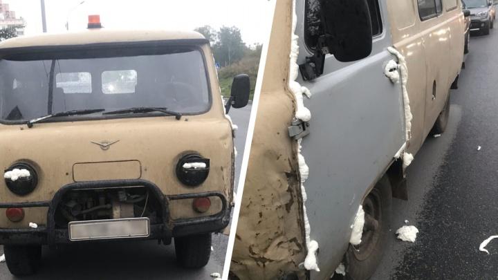 Бензобак — в пене, замки — в суперклее: на «Родниках» вандалы повредили припаркованный у дома уазик