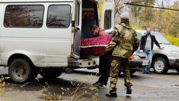 Отвезли в инфекционку с травмой головы: в Волгоградской области от коронавируса умерли мужчина и женщина