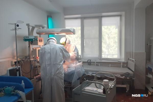 Врачи работают с новорожденным ребенком, у матери которого нашли коронавирус