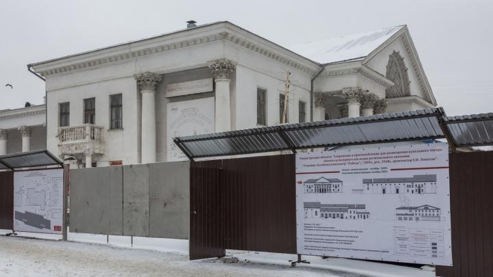 В центре Волгограда разбирают кинотеатр «Победа»
