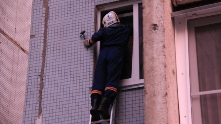 Прохожие испугались: новосибирские спасатели сняли с балкона четырёхлетнего ребёнка