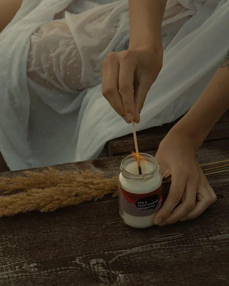 В «Это я» делают массажные свечи. Свечу надо сначала зажечь, а затем потушить и дать маслу немного остыть. После этого можно налить&nbsp;воск в ладоши или на тело и приступить к расслабляющему массажу<br>