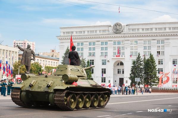 Танк Т-34 уже сняли с постамента для подготовки к шествию