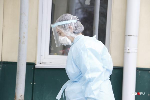 По словам Игоря Арсентьева, два жителя Североонежска сейчас находятся в инфекционном отделении в больнице поселка Савинский. Там есть специальные боксы для полной изоляции пациентов
