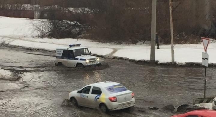 На Сортировку пришла весна: затопило дорогу на Пехотинцев, машины не едут, а плывут