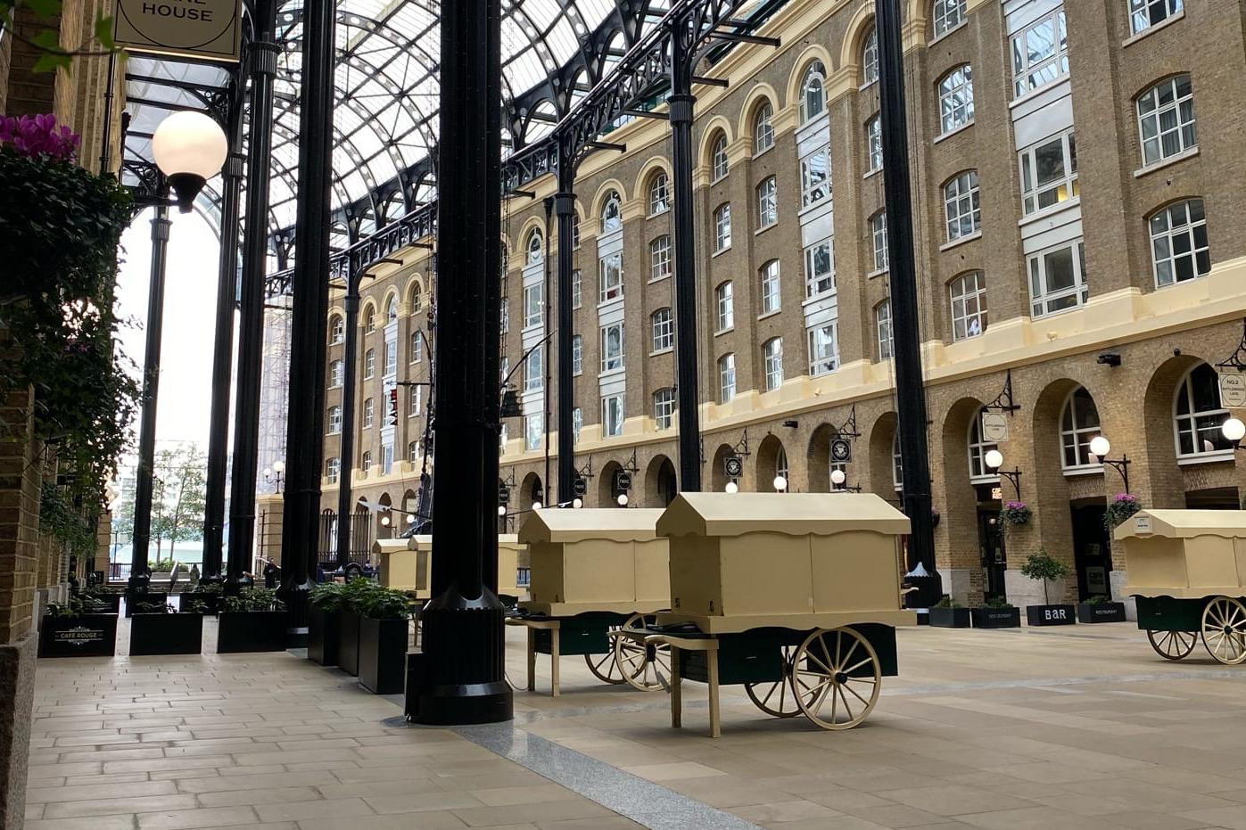 Пустая торговая галерея Hays Gallery возле станции London Bridge. Закрыты магазины и палатки с сувенирами