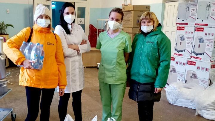 Волонтеры СУЭК передали врачам назаровской больницы сладкие подарки от горожан
