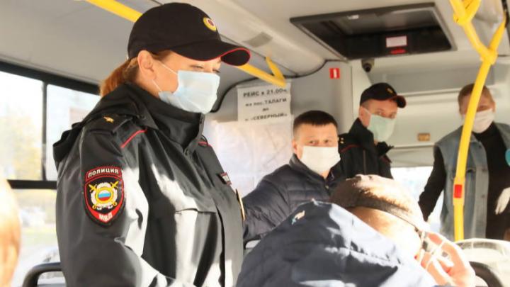 Полицейские проверили, как жители Архангельска носят маски в автобусе, и нашли двух нарушителей