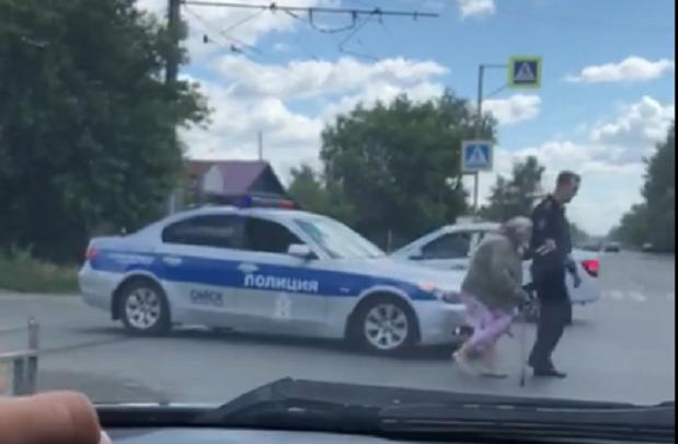 Видео дня: омский полицейский переводит бабушку через дорогу