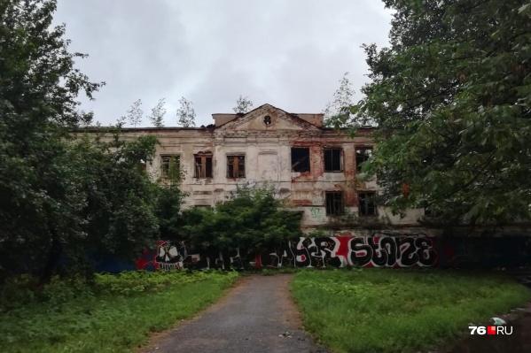 Дом Чарышникова стоит в таком виде десятки лет