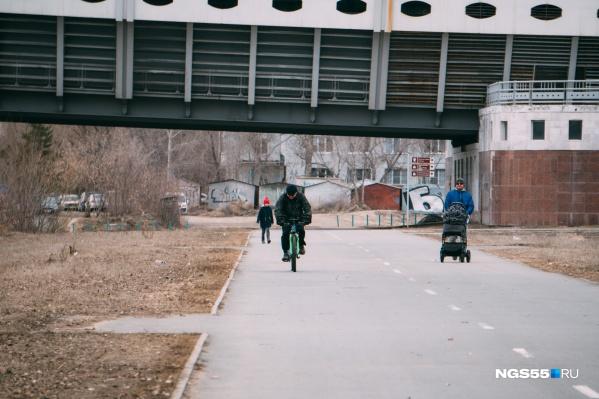 По участку проходит велодорожка, которую омичи прозвали губернаторской