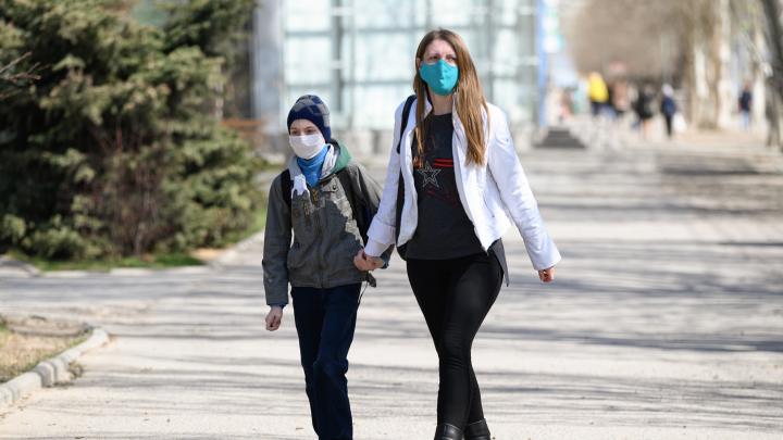 «Носить нужно больным»: волгоградцам объяснили, как правильно использовать медицинские маски