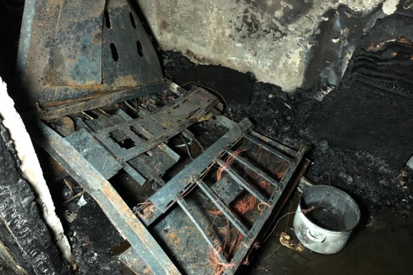 По словам местных жителей, сначала загорелся электрощиток — огонь перебросился на вещи, которые хранились в общем коридоре