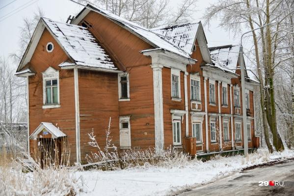 В этом ветхом доме на улице Горького, как рассказали жители, остался всего один жилец. Остальные разъехались, не дождавшись переселения. На всю ночь мужчина включает свет в туалете, чтобы к нему не забирались бомжи