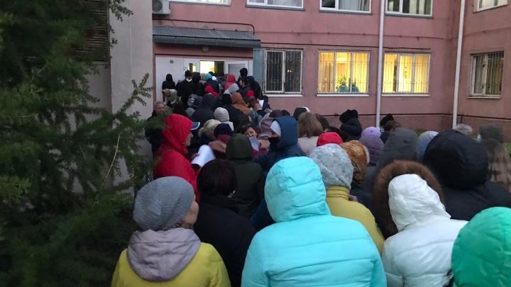 Больница имени Кабанова на карантине и очередь медиков, пришедших сдать тест: хроники пандемии