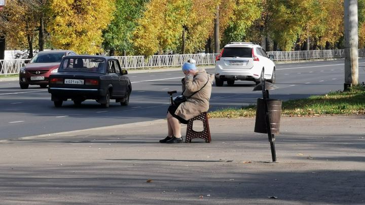 «Стыдно жить в этой стране»: в Рыбинске бабушка пришла на остановку со своей табуреткой. Фото