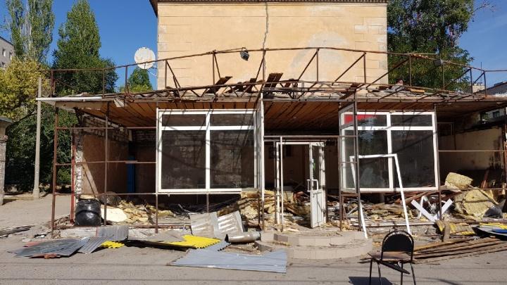 «Месяц назад резко сократил площади»: в центре Волгограда сносят круглосуточный магазин