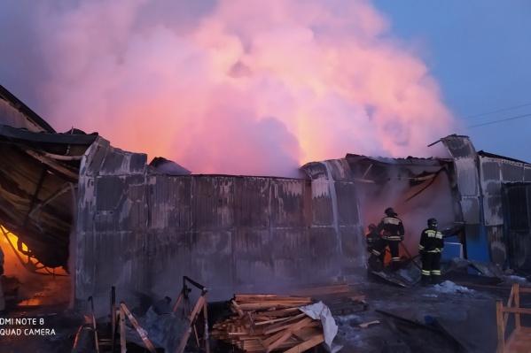 Огонь вспыхнул в помещении с пиломатериалами и оборудованием