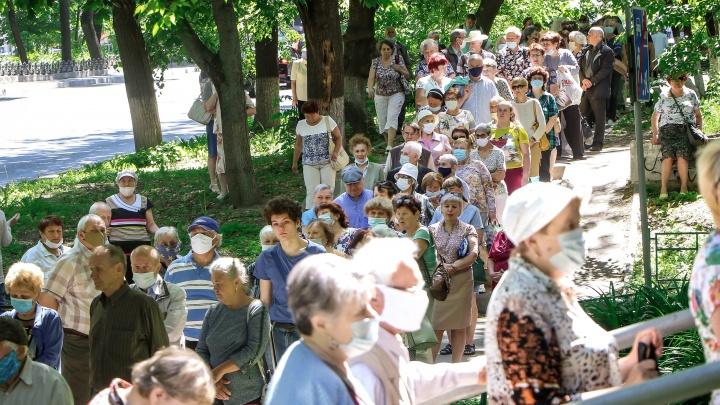 Пенсионеры, как «цунами»: репортаж с огромной очереди перед отделением «Ситикарда»